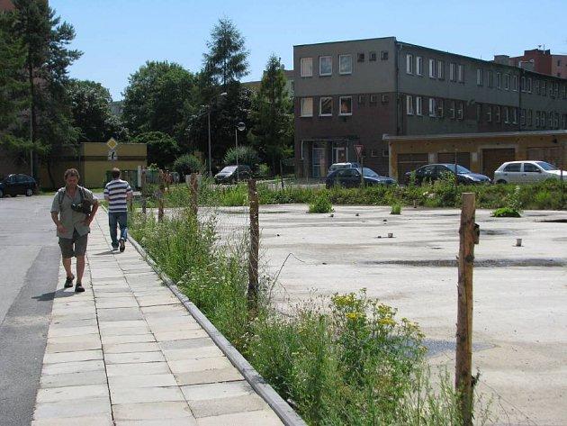 Ani po pěti letech od zahájení stavby se s prací na bytovém domě na ulici Jiřího z Poděbrad nepokročilo