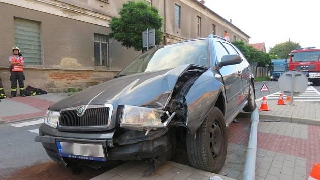Sedmatřicetiletá řidička, která jela v úterý po šesté hodině večer po ulici Kpt. Jaroše v Hranicích, zavinila nehodu se škodou za 130 tisíc korun.