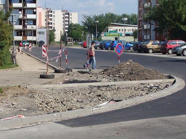 Nových čtyřiačtyřicet parkovacích míst vzniká v těchto dnech v ulici Za mlýnem v Přerově.