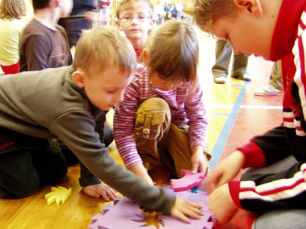 Děti skládaly puzzle.