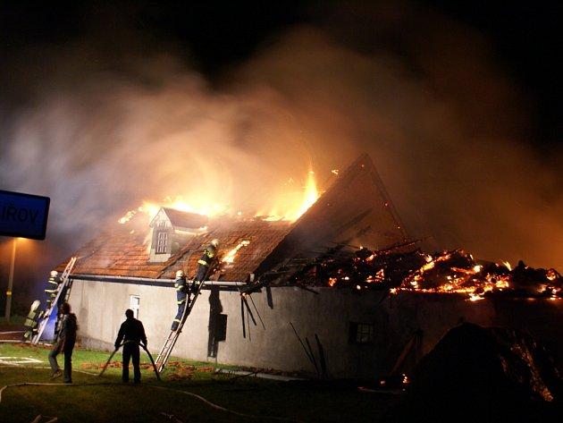 Rozsáhlý požár zemědělské usedlosti Kyžlířově likvidovalo deset hasičských jednotek.
