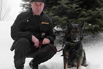 Na pomoc si policisté proto zavolali policejního psa Dericka.