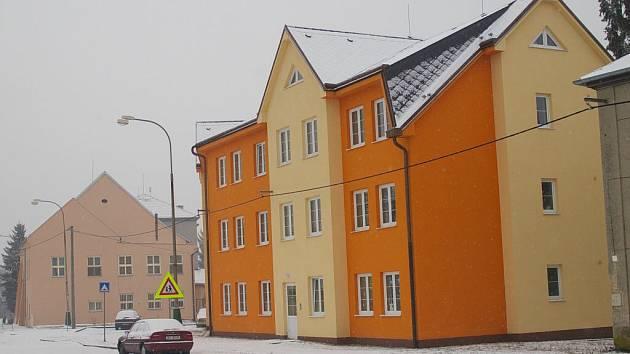 K vraždě došlo v tomto olšanském domě, který obývají sociálně slabší lidé.