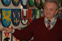 Josef Janda z Dobrčic se věnuje už řadu let zajímavému koníčku – malování erbů měst a obcí.