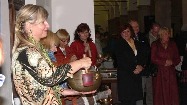 Vernisáž výstavy Miloslavy Chýlkové s názvem Cesta ke světlu, lásce a radosti