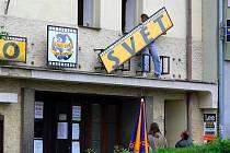 Z bývalého hranického kina Svět už sundali nápis nad vchodem