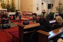 Mothers follow chairs zaplnil v neděli kostel Svatého Prokopa ve Vlkoši.