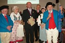 Kravatu a medaili dostal starosta Vražného Vladimír Nippert (uprostřed) od Fridolína Scholze (vpravo).