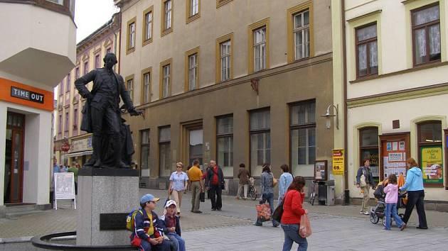 Nejvýraznějším kladem budovy bývalé Okresní vojenské správy na Hlavní třídě v Šumperku je její poloha v samotném centru  města.