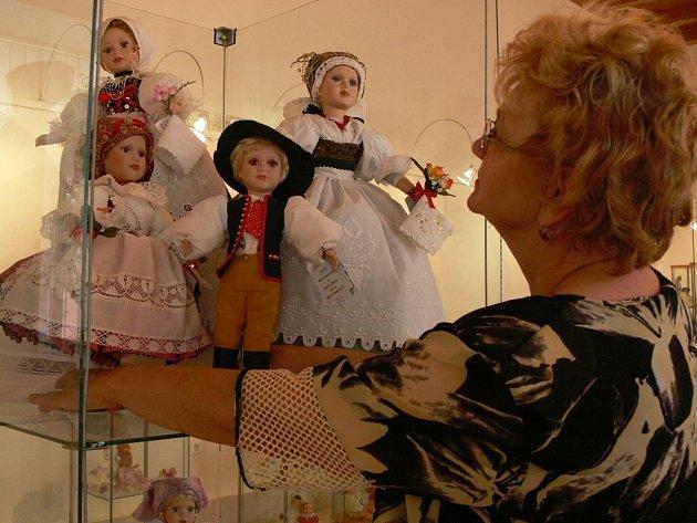 Marie Žilová při instalaci hranické výstavy.