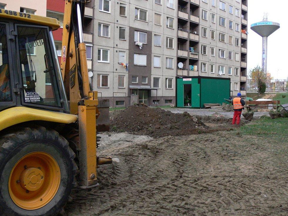 První etapa, při které se vysazuje zeleň, opravují chodníky a budují parkoviště, by měla skončit 30. listopadu.