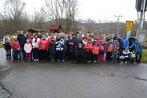 Už na startu 6. ročníku společného putování po Stezce zdraví v Mariánském údolí se sešly desítky lidí.