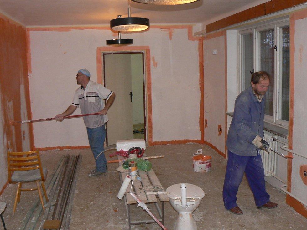 Při přestavbě azylového domu přiložili ruku k dílu sami bezdomovci.