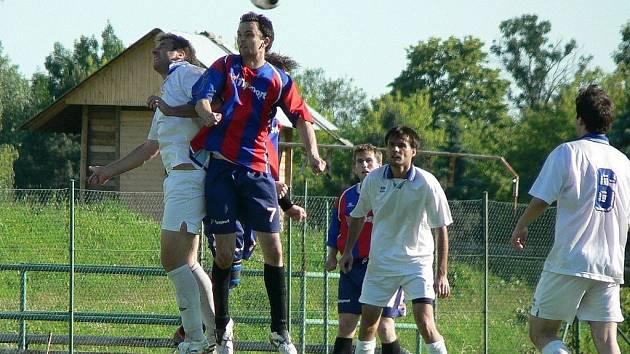 Fotbalisté Bělotína (v modro-červeném) vyhráli poslední utkání I.A třídy doma proti Náměšti na Hané 1:0.