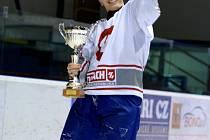 Kapitán Roman Hynčica s pohárem pro vítěze NJHHL.