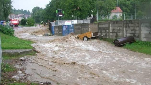 Voda z rybníka protékala ulicemi Konice.