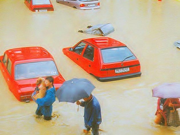 Pod vodou se v Přerově ocitly celé ulice, lidé se brodili mezi zatopenými automobily.