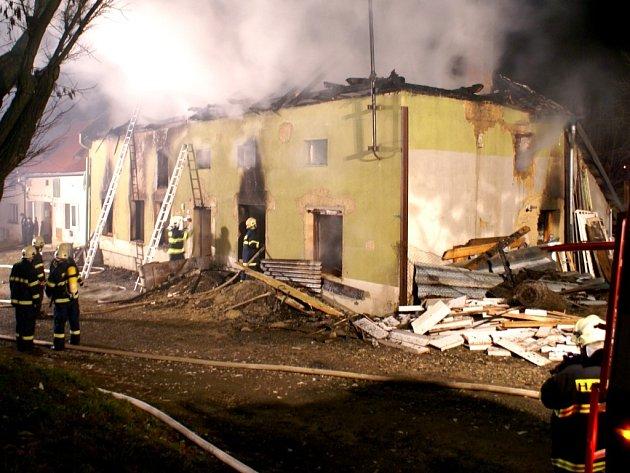 Požár byl nahlášen krátce před půl třetí hodinou ranní.