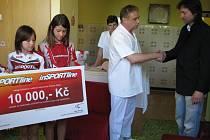 Symbolický poukaz na deset tisíc korun převzal včera primář dětského oddělení hranické nemocnice Attila Rajna. Dárcem byl pořadatelský tým Českého poháru triatlonu žactva a dorostu.