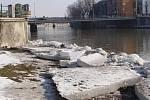 Kusy ledových ker v řece Bečvě ještě zdaleka neroztály