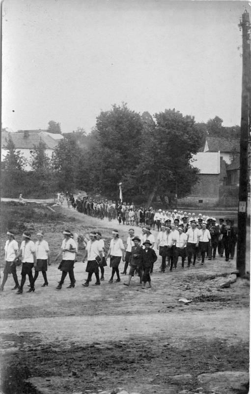 Průvod obcí Ústí při dožínkách v roce 1937.
