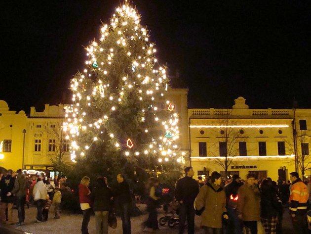 Vánoční strom se rozzářil na náměstí v Lipníku nad Bečvou