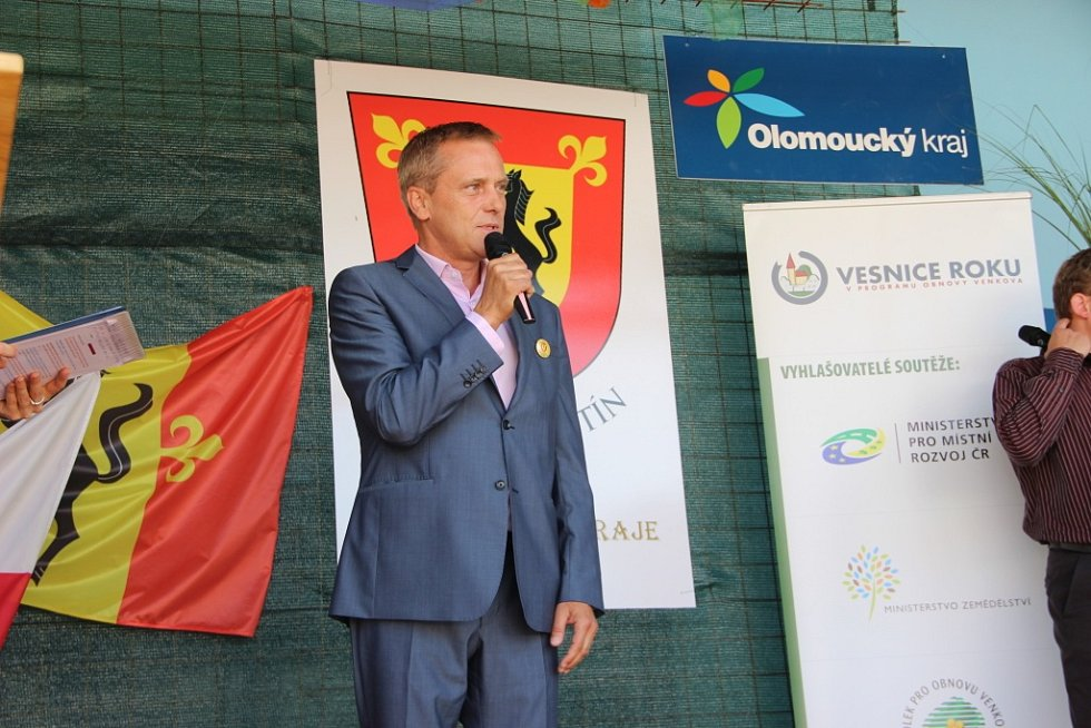 Zástupci úspěšných obcí přebrali v pátek ocenění z rukou ministra zemědělství Mariana Jurečky či hejtmana Olomouckého kraje Jiřího Rozbořila.
