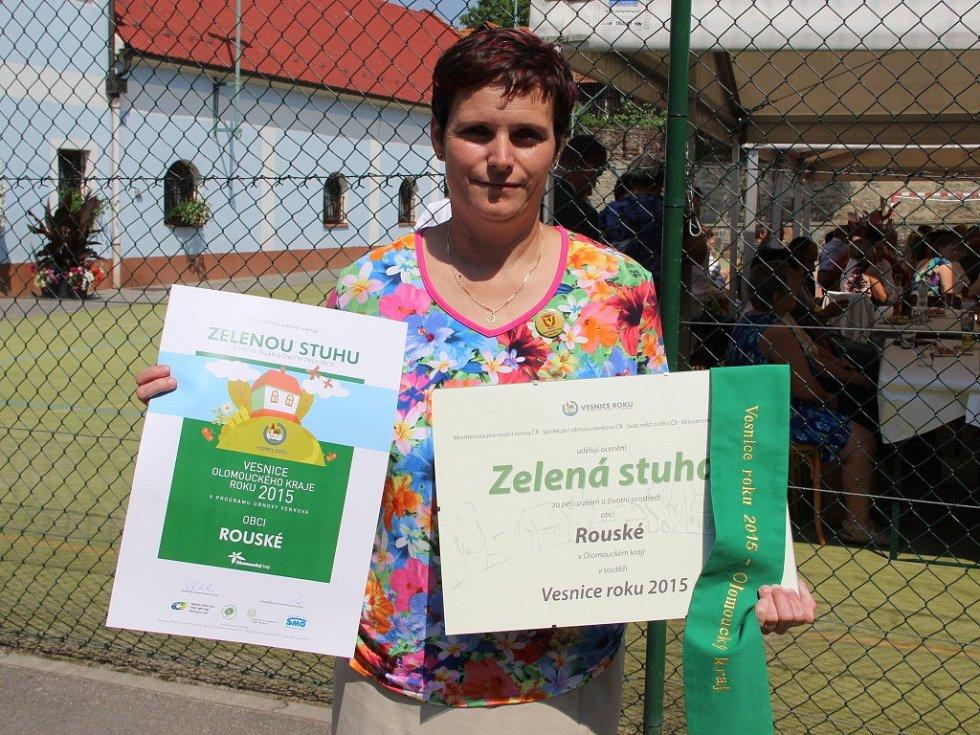 Starostka obce Rouské Daniela Tvrdoňová přebrala v pátek Zelenou stuhu.