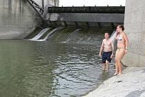 Oblíbenou variantou přírodního koupání je v Hranicích řeka Bečva