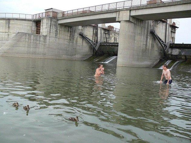 Oblíbenou variantou přírodního koupání je vHranicích řeka Bečva