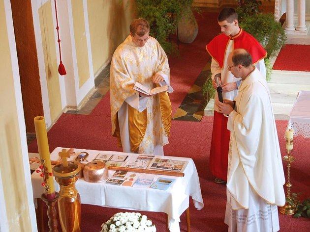 Svěcení kopule kostela v Beňově