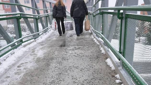 Pracovníci Ekoltesu museli v Hranicích letos poprvé zkrotit zledovatělé chodníky