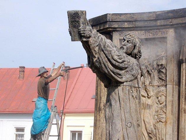 Sochu Jana Blahoslava, která stojí před Muzeem Komenského na Horním náměstí v Přerově, čeká čištění od usazenin a zpevnění. Práce bude až do konce září provádět restaurátor z Tlumačova Josef Petr.