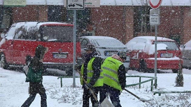 Sníh zasypal Hranice i Přerov, do ulic vyrazily uklízecí čety