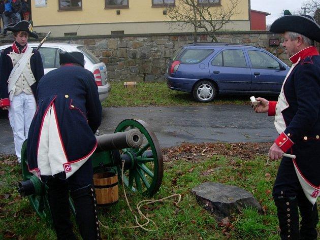 Horolezecký klub v Bezuchově odstartoval osmnáctikilometrový závod ranou z děla.