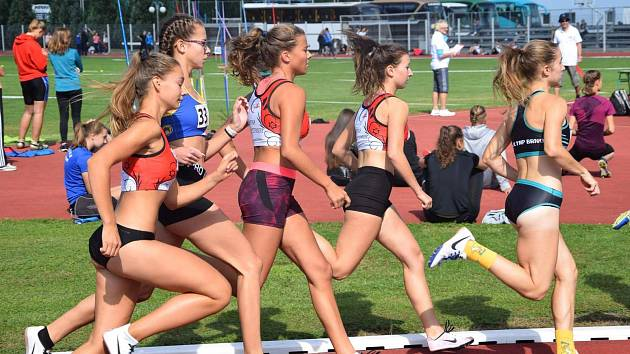 Adéla Dostálová (třetí zleva) a Veronika Svobodová (čtvrtá zleva) při běhu na 800 m.