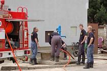 Hasiči byli o víkendu v polovině června vidět v Křenovicích téměř všude. Odčerpávali vodu ze sklepů a zahrad a pomáhali, kde bylo potřeba.