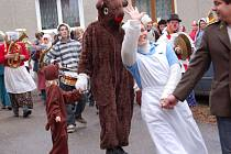 Dospělí i děti v roztodivných maskách procházeli v sobotu Brodkem u Přerova.