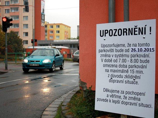 Na začátku týdne se na parkovišti u základní školy 1. máje objevila tabule s upozorněním pro řidiče.