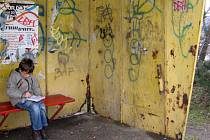 Autobusovou zastávku na Cementářském sídlišti v Hranicích už nahlodal zub času do slova a do písmene.