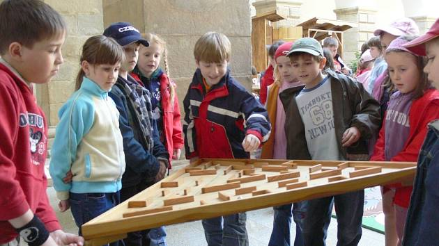 Dřevařskou výstavu si oblíbily hlavně děti z místních základních škol. Výrobky studentů používaly ke svým hrátkám.