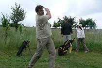 Golfové hřiště v Radíkově patřilo v neděli veřejnosti. Zájemci si zde mohli zdarma vyzkoušet golfový švih a odpaly pod vedením místních hráčů.