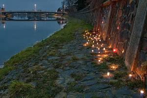 40 svíček za 40 tun otrávených ryb se v neděli 20. prosince rozzářilo na nábřeží řeky Bečvy v Hranicích.