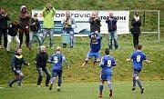 Fotbalisté Tatranu Všechovice (v modrém) na penalty ovládli derby v Opatovicích. Adam Hrdlička slaví vyrovnání.