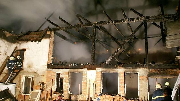 K požáru hospodářského stavení v obci Polom vyjížděli v úterý kolem půl třetí ráno jednotky hasičů z Hranic a okolí. Oheň zachvátil střešní konstrukci nad hospodářskou částí budovy a prohořel i do obytné.