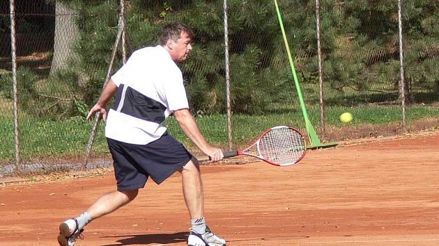 V hranickém parku hráli tenisté mix i singl.