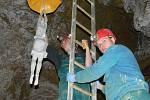 Instalace výstavy soch v prostorách Zbrašovských aragonitových jeskyní