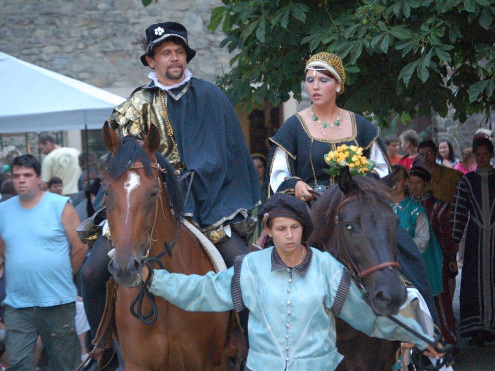 Na hradní bál se v roce 2008 přišlo podívat kolem pěti set lidí.