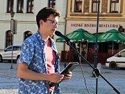 Demonstrace proti Andreji Babišovi v Hranicích. Zúčastnil se i disident a signatář Charty 77 z Lipníku nad Bečvou Tomáš Hradílek.