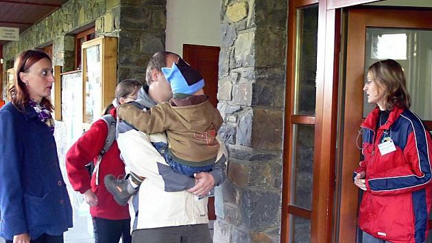 Ve Zbrašovských aragonitových jeskyních v Teplicích nad Bečvou ještě turistická sezona neskončila. Už teď je ale srovnatelná s tou předchozí. V pátek 2. října odpoledne se do podzemí mezi krápníky vypravila skupinka ze středních Čech.